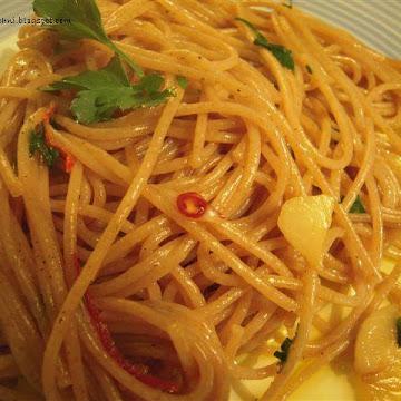 Spaghetti z oliwą, czosnkiem i ostrą papryczką - Czytaj więcej »