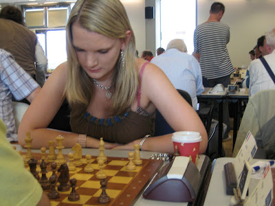La joueuse anglaise Sarah Hagerty joue l'Open © Chess & Strategy
