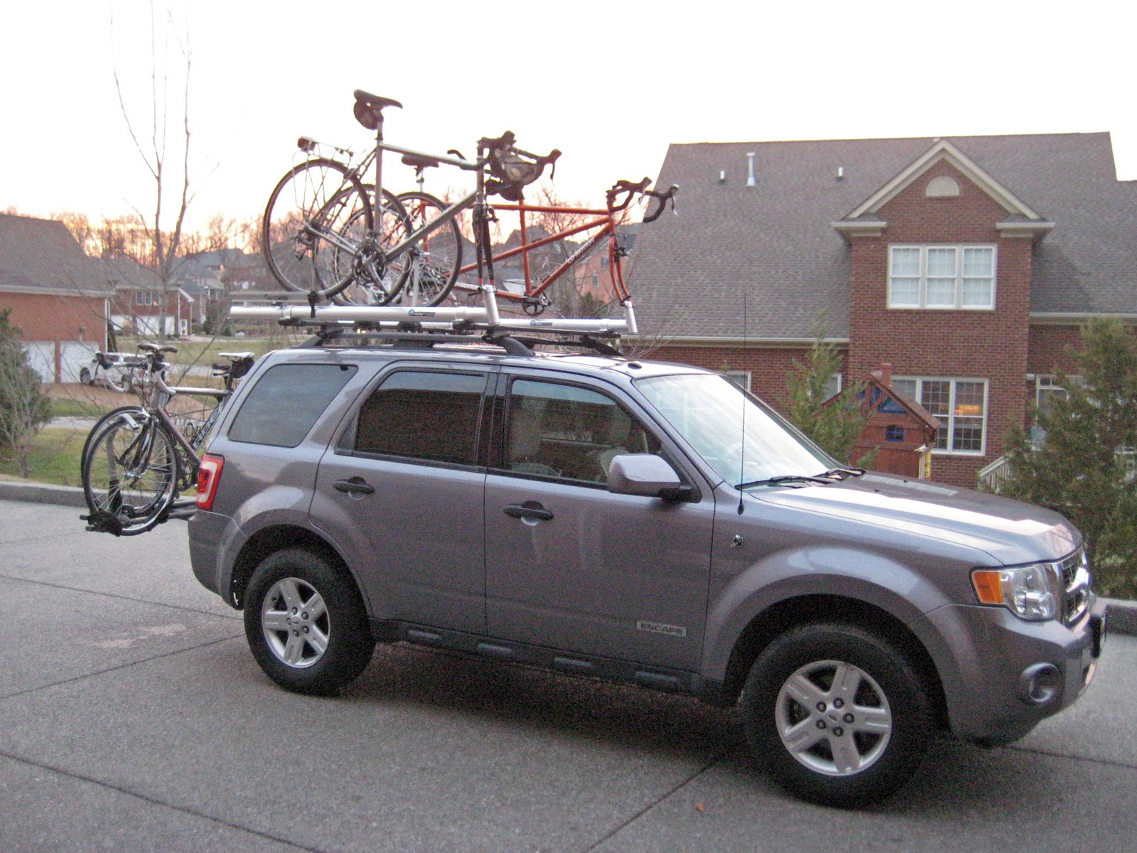 It S A 2008 Ford Escape Suv Got Lots Of Bike Room On The Roof