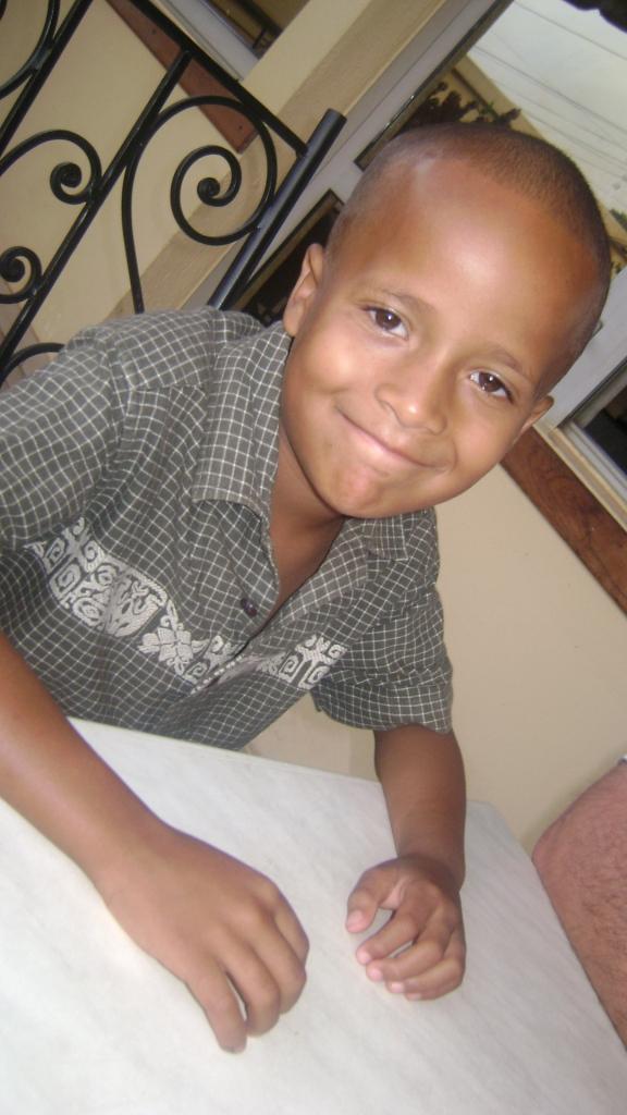 3758d68857a Bovenstaande foto: grote broer Stef Gnaneng (6 jaren) Onderstaande foto:  kleine broer George Naroua (3 jaren)