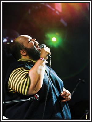 """O cantor carioca subiu ao palco às 22h32 e abriu o show com a nova música  """"Minha Vida Toda Com Você"""" f0a06c1edf3d8"""