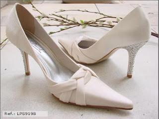 11f94f852 Sapato em cetim velvet com detalhe traçado e pontos d eluz no salto, solado  de micro-duro, salto de 9cm. Disponível nas cores: Pérola, Branco e Prata  metal.