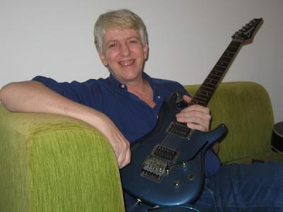 Helio Jenné é compositor, cantor e guitarrista de rock e blues