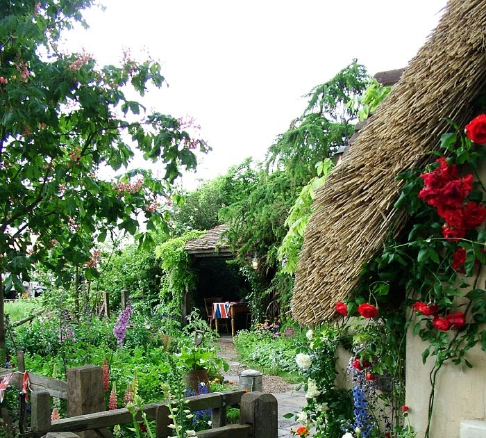 Cottage Flower Gardens: Dreams & Happy Things...: ...in A Cottage Flower Garden