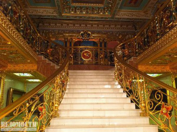 hampir semua kelengkapan yang ada di rumah ini terbuat dari emas tangga plafon pigura lemari sekiranya tidak dijaga dengan pengawal setia