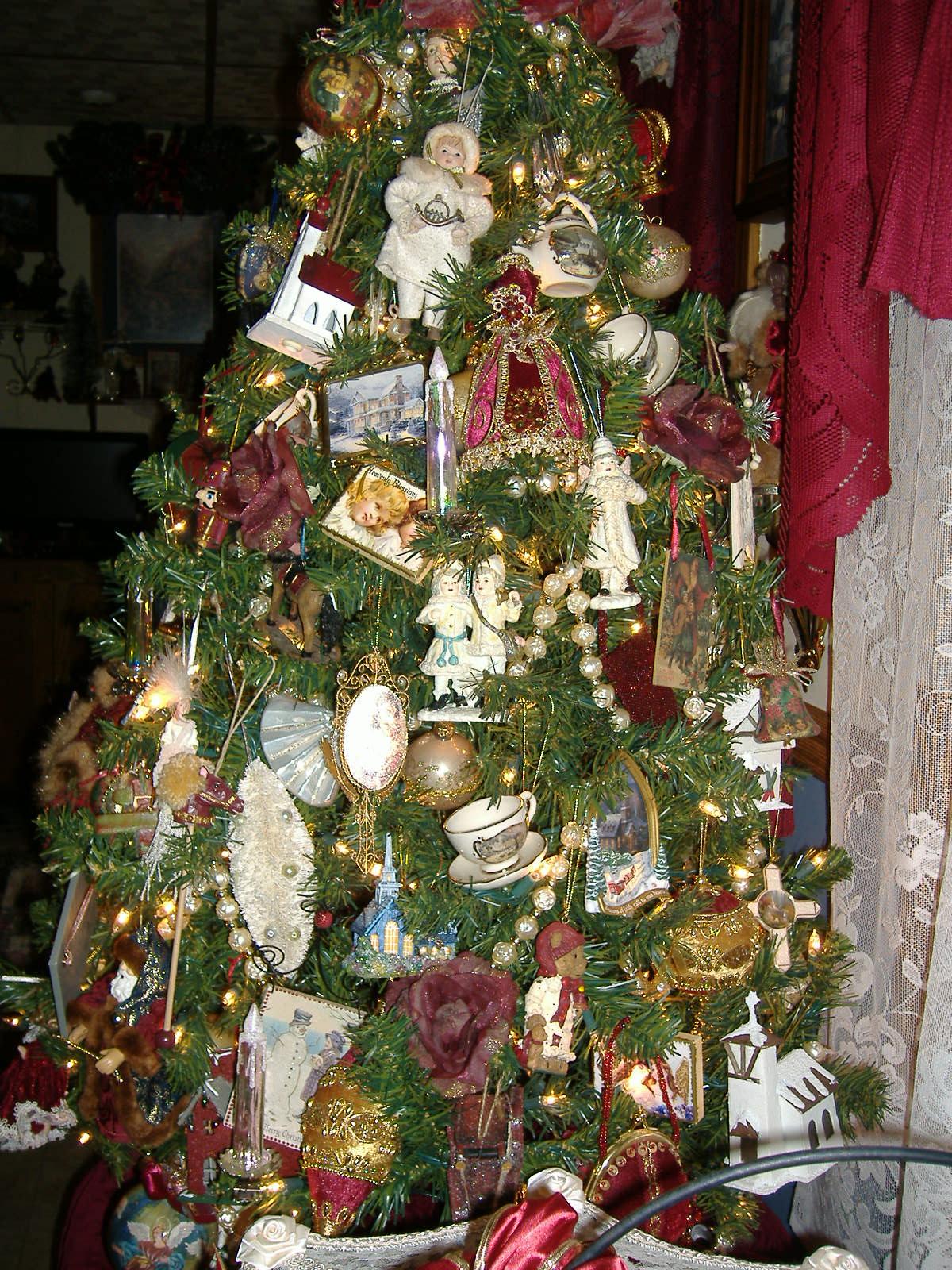 A DEBBIE-DABBLE CHRISTMAS: 14 CHRISTMAS TREES 2010!!!!!