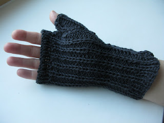 Free cabled wristwarmer knitting pattern