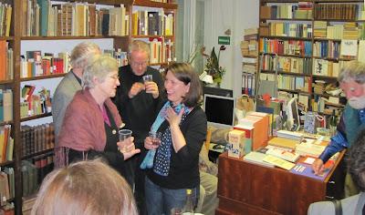 Frau Gubig (links) im Gespräch mit Gabriele Ballon