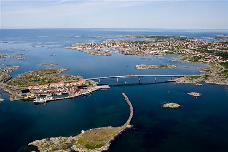 Fotö Fiskehamn på Söö och Fotöbron med Hönö Klova