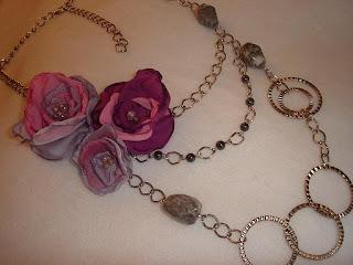 d64d9853d772 Dos en uno  Collar y Broche. Collar largo en cadena plateada con piedras  Grises