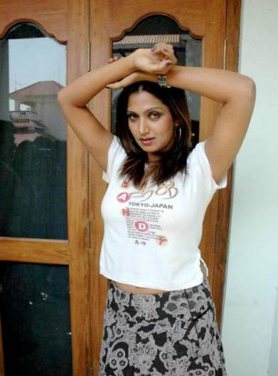 malayalam pose bhuvaneshwari latest photos