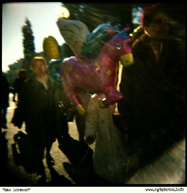 Fotografia con Holga 120 CNF, gruppo di persone con bambina e palloncino rosa a forma di cavallino
