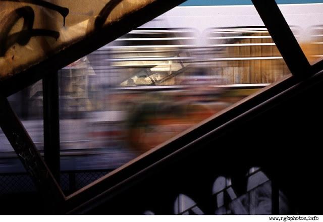 Fotografia di un treno metropolitano che sfreccia alla stazione