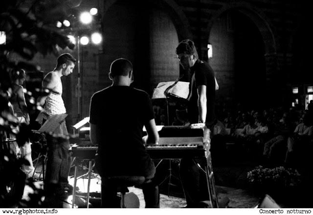 Concerto di musica jazz nel cortile del Palazzo del Mercato Vecchio a Verona, di notte