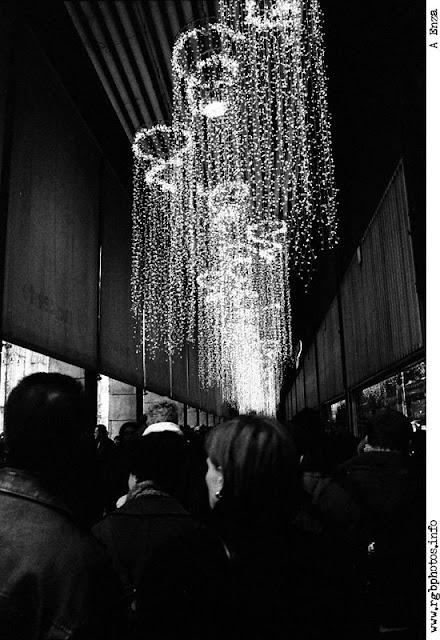 Volto di donna nella folla con luci di Natale
