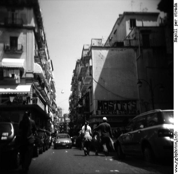 Fotografia del quartiere forcella in bianco e nero, pellicola Agfa Scala, Holga 120 CFN
