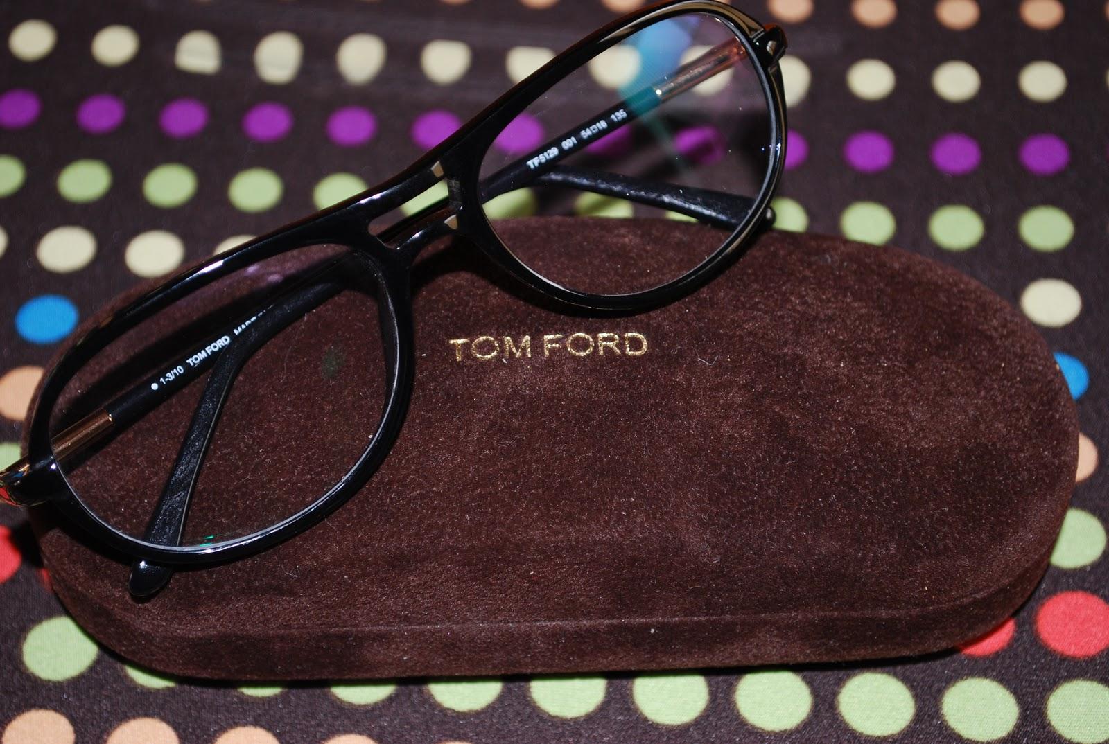 Aí veio a parte gostosa  escolher os óculos... E o eleito foi um modelo  retrô da Tom Ford , o TF5129. e8d8e15c6d
