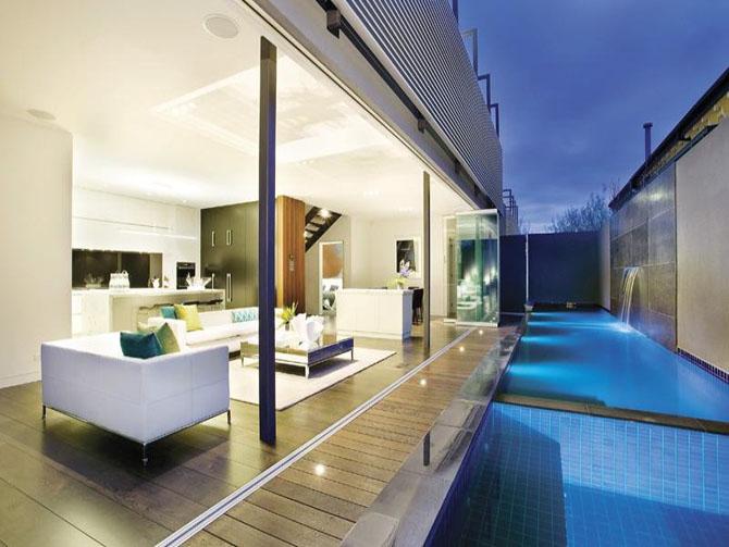 Piscinas en patio interior minimalistas 2015 for Piscinas en interiores de casas