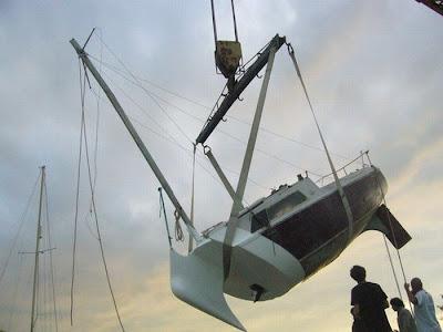[Image: sunken_yacht_09.jpg]