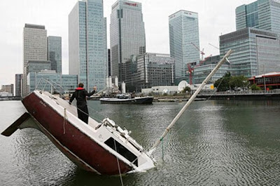 [Image: sunken_yacht_03.jpg]