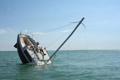 [Image: sunken_yacht_01.jpg]