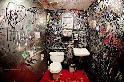 الكتابة على الجدران في الحمام