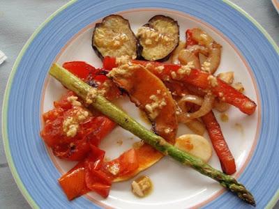 verduras u hortalizas a la plancha con salsa de piñones