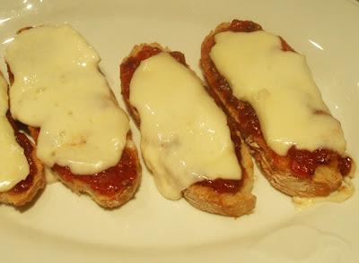tostas con queso y mermelada de tomate