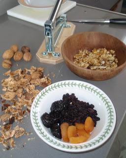 ingredientes para las bolitas de frutas secas y miel