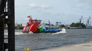 fahrende Fähre an den Landungsbrücken in Hamburg