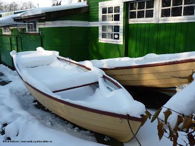 Schnee und Boot, Ruderboot im Winter