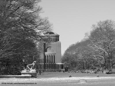 Blick zum Planetarium Hamburg im Winter. schwarz weiss