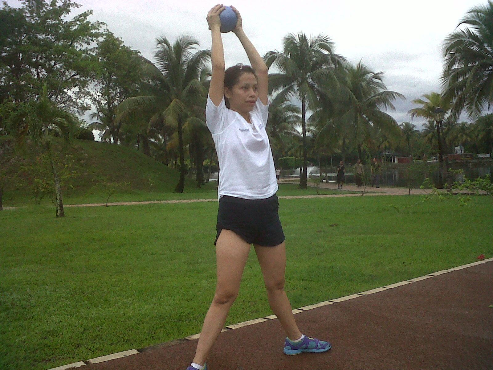 CopeaFit: Leg Exercise with Medicine Ball ( sumo squat + overhead