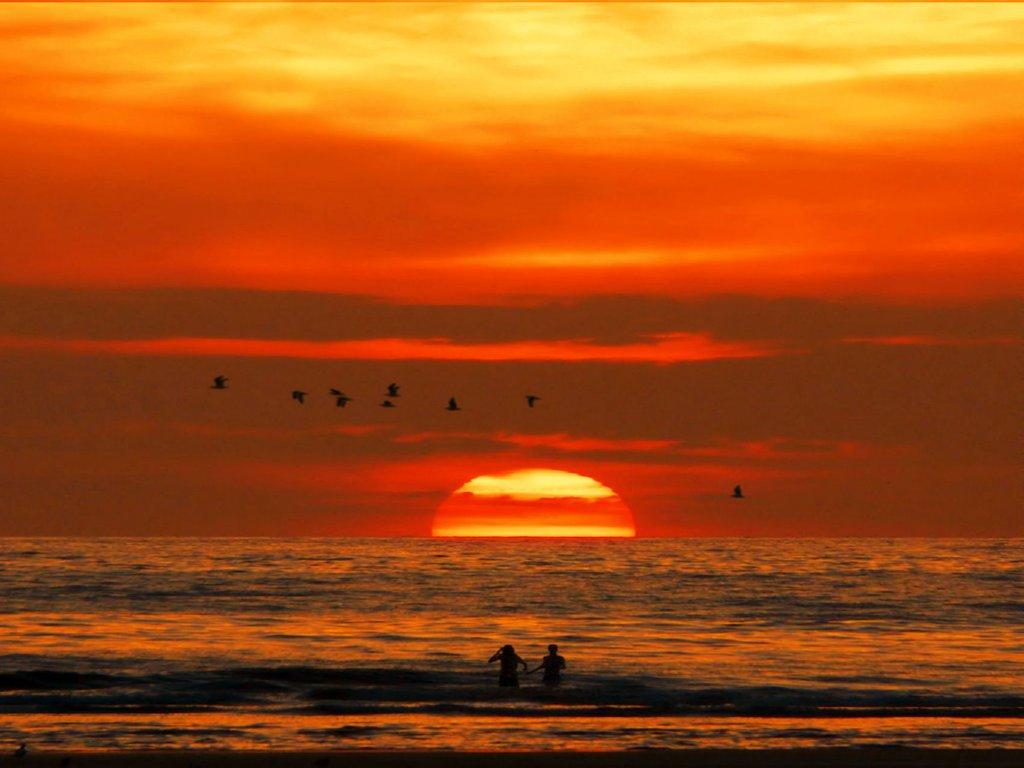 Tramonto che colora il cielo e il mare di rosso immagini for Sfondi desktop tramonti mare