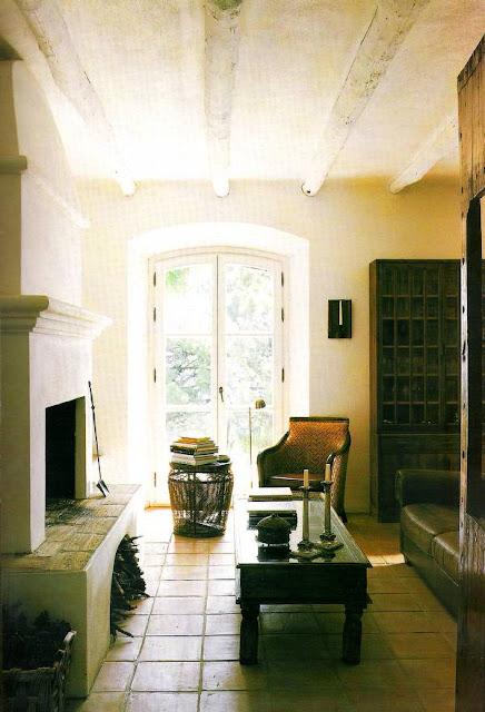 Sala de estar con chimenea en la casa de campo andaluza