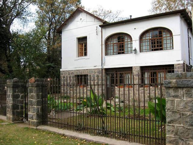 Arquitectura de casas casa antigua con base de piedra de - Restaurar casas antiguas ...
