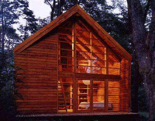 Casa granero hecha de madera en Chile vista desde los fondos