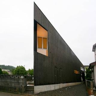 Residencia japonesa vanguardista acabada en color negro