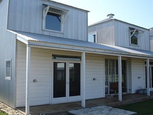 Arquitectura de casas casa de granjero con cubiertas de for Cubiertas para casas