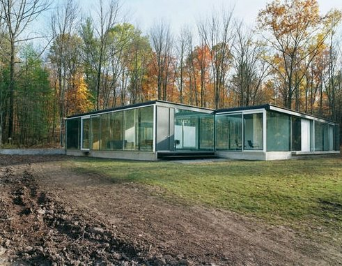 Residencia moderna con paredes exteriores de vidrio transparente