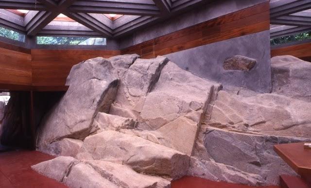 Interior de la Casa Massaro muestra piedra natural incorporada