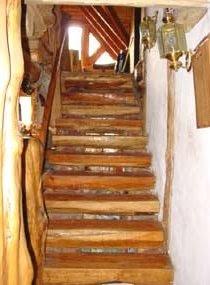 Escalera de troncos en la cabaña