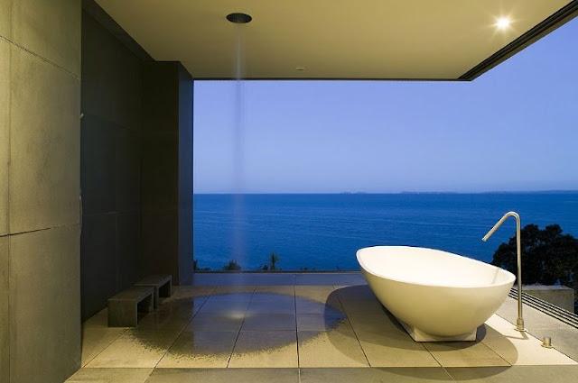 Ducha y bañera en un extremo abierto de la casa