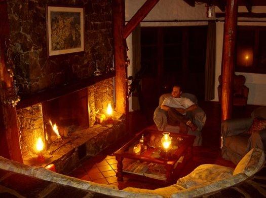 Sala de estar rústica y hogar de leños