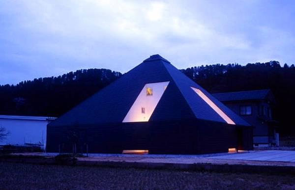 Casa de forma piramidal de color negro en Japón