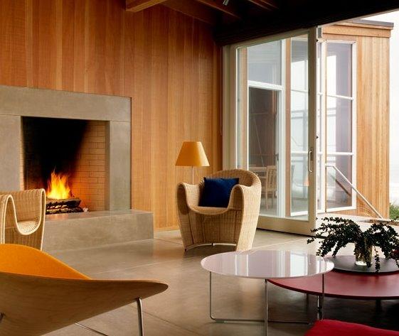 Sala de estar de casa contemporánea de madera en una playa de California