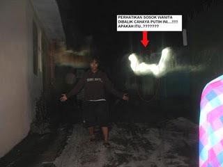 [Image: hantu+cahaya+aneh.jpg]
