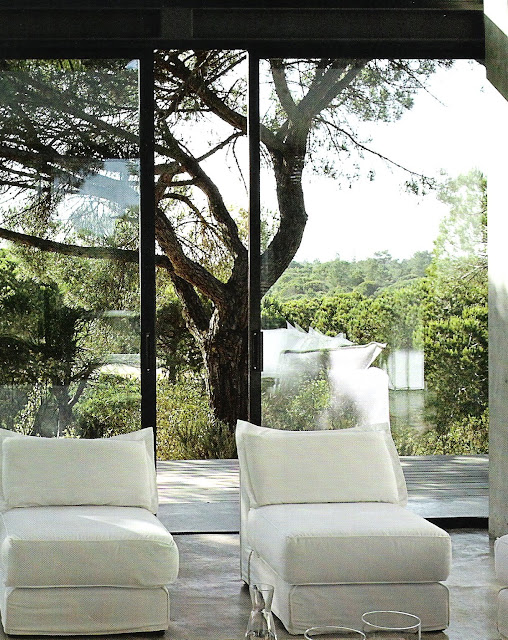White armless chairs with large glass doors and garden in background via Côté Sud magazine Avr/Mai 2009 edited by lb forl linenandlavender.net, http://www.linenandlavender.net/2010/05/design-daily_18.html