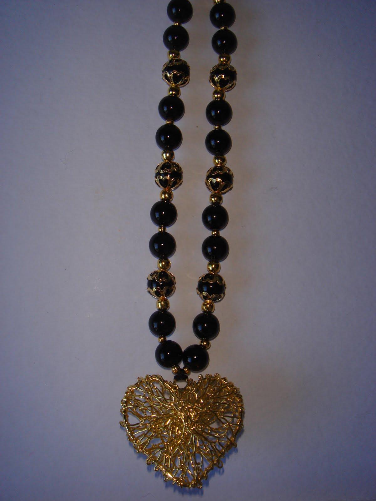 4a3f0e0c9a97 Kokoro-ko  104 B 70 Collar de piedras negras con detalle en corazón ...