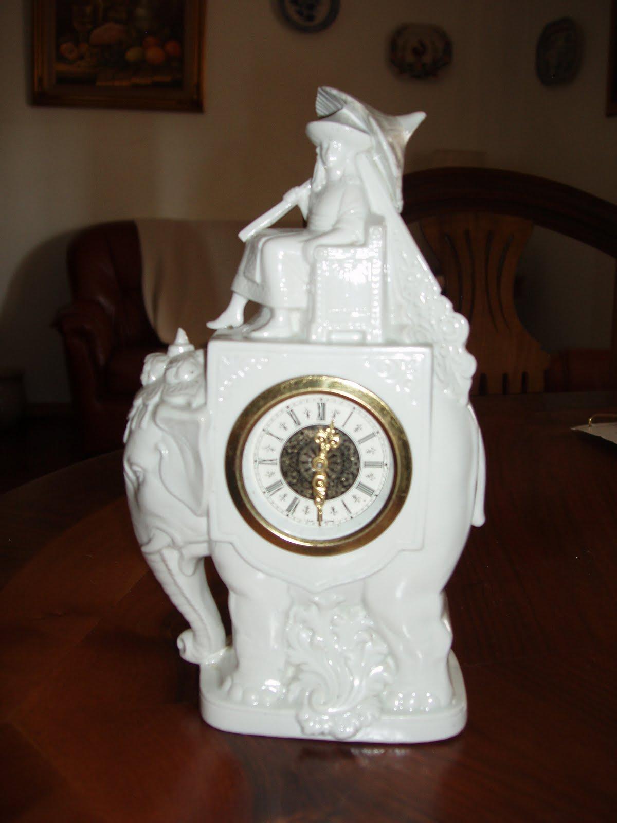 6126a066184 Porcelana com relógio avariado